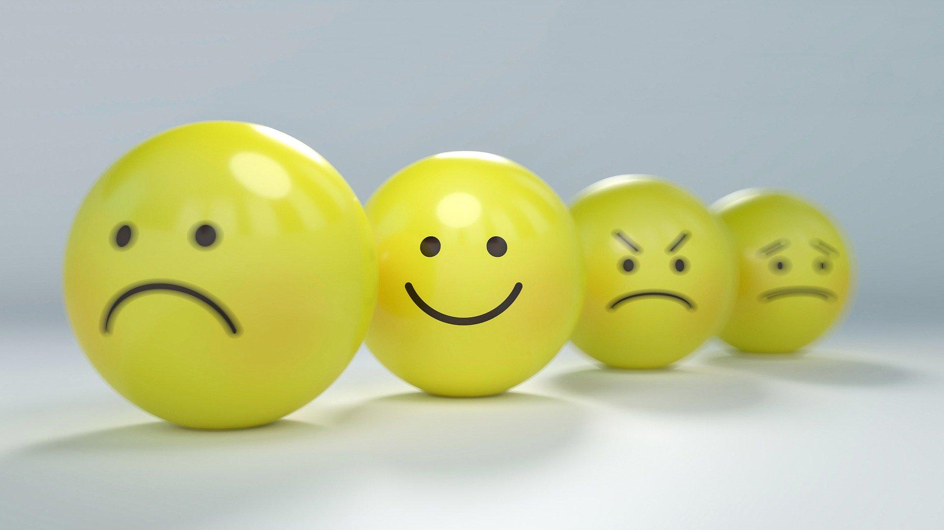 quatre boules jaunes qui représente chacune une émotion, comme des visages